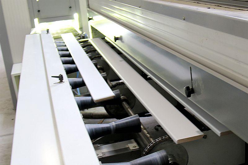 Rodapie blanco, proceso de secado. IAMOL - Industria Auxiliar de la Moldura