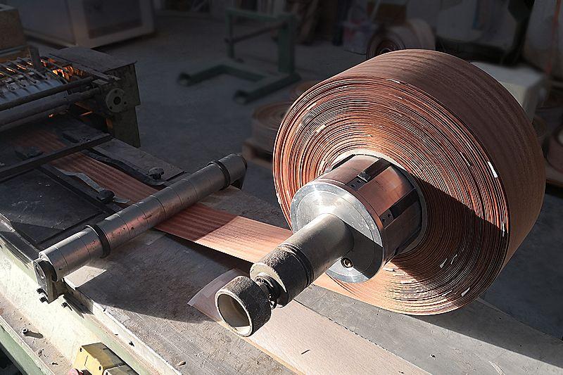 Proceso de soportado de chapa de madera. IAMOL - Industria Auxiliar de la Moldura